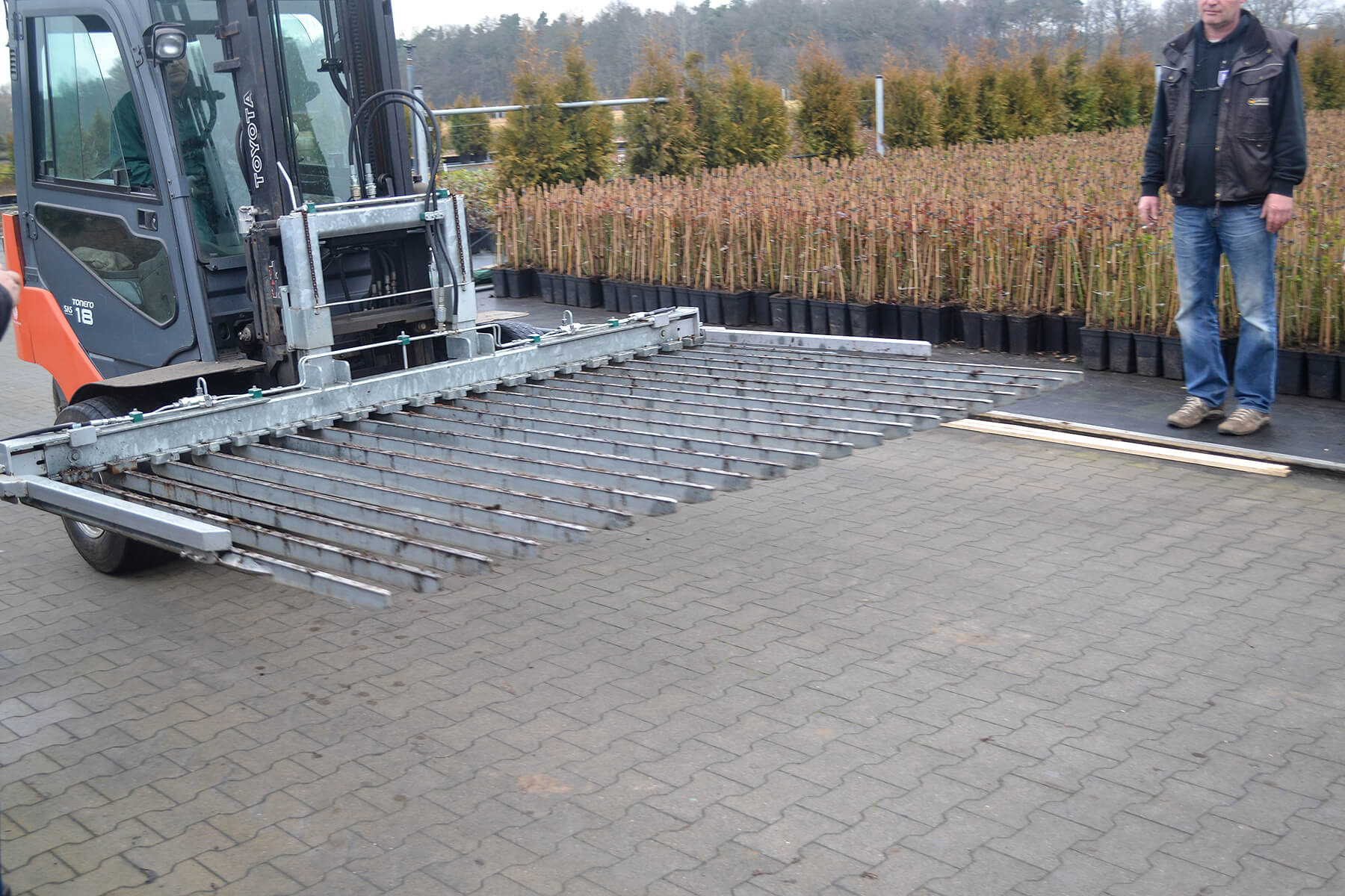 forlikft with special attachment for handling large number of small plants