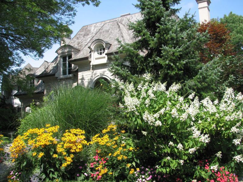 2009 - Private Residential Maintenance - Under 15,000 sq ft lot size - The burst of flowers mid-summer